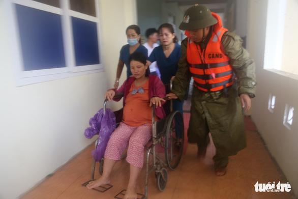 Công an dùng canô chở bà bầu đi sinh trong lũ lớn ở Quảng Bình - Ảnh 4.