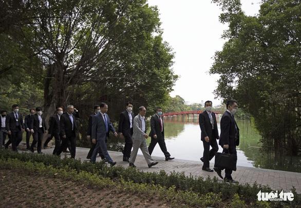 Thủ tướng Nhật Bản Suga giản dị dạo Hồ Gươm - Ảnh 3.