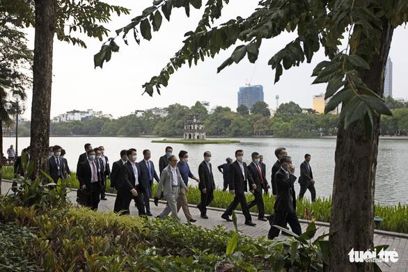 Thủ tướng Nhật Bản Suga giản dị dạo Hồ Gươm - Ảnh 4.