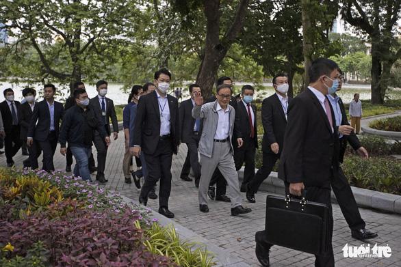 Thủ tướng Nhật Bản Suga giản dị dạo Hồ Gươm - Ảnh 5.