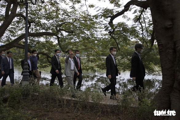 Thủ tướng Nhật Bản Suga giản dị dạo Hồ Gươm - Ảnh 6.