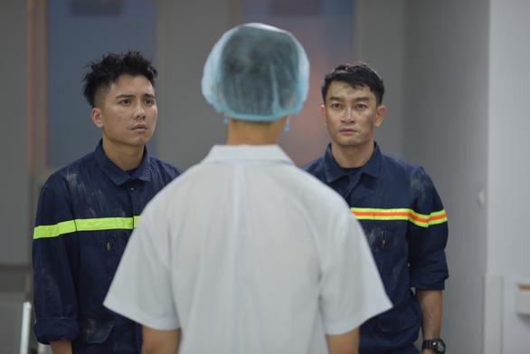 Lửa ấm: Nước mắt nụ cười của lính cứu hỏa và bác sĩ khoa cấp cứu - Ảnh 1.