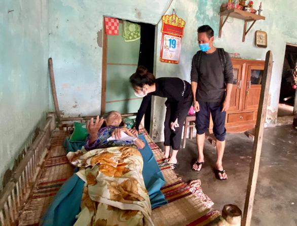 Nhiều nghệ sĩ đi miền Trung cứu trợ, Thủy Tiên nhận quyên góp hơn 100 tỉ đồng - Ảnh 2.