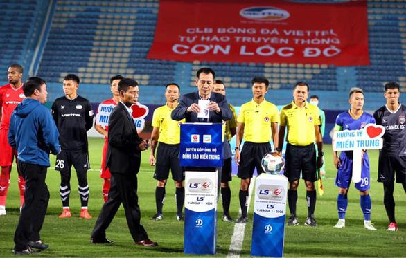 Bóng đá Việt Nam ủng hộ đồng bào miền Trung - Ảnh 1.