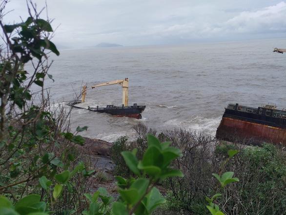 Tàu hàng trôi dạt bị sóng biển  đánh gãy đôi, Huế lo ứng phó sự cố tràn dầu - Ảnh 1.