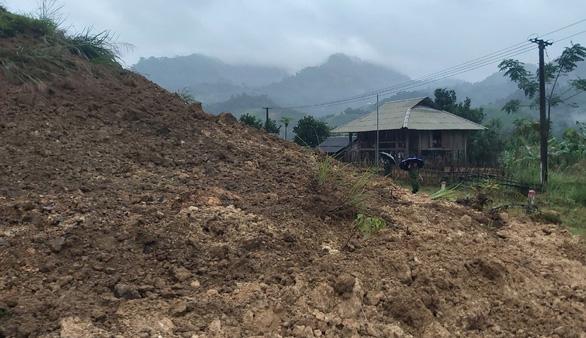 Bộ đội và người dân ở biên giới Việt - Lào di dời khẩn cấp vì sạt lở núi - Ảnh 1.