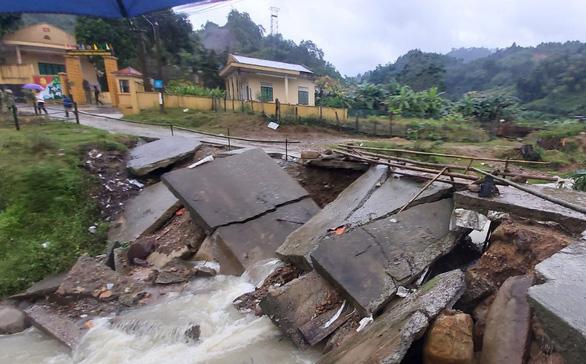 Bộ đội và người dân ở biên giới Việt - Lào di dời khẩn cấp vì sạt lở núi - Ảnh 2.