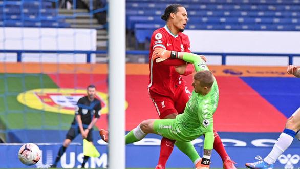 Làm Van Dijk lên bàn mổ, Pickford vẫn thoát án treo giò từ FA - Ảnh 1.