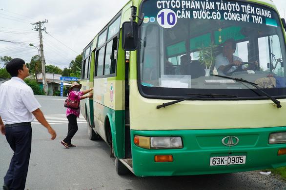 Xe buýt liên tỉnh tố bị làm khó khi chạy qua tỉnh khác - Ảnh 1.