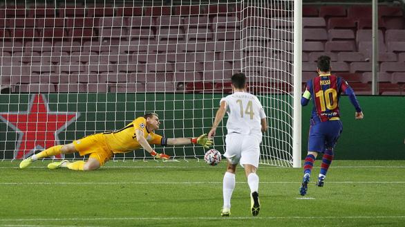 Chơi thiếu người, Barca vẫn thắng đậm ngày ra quân Champions League nhờ Messi - Ảnh 2.