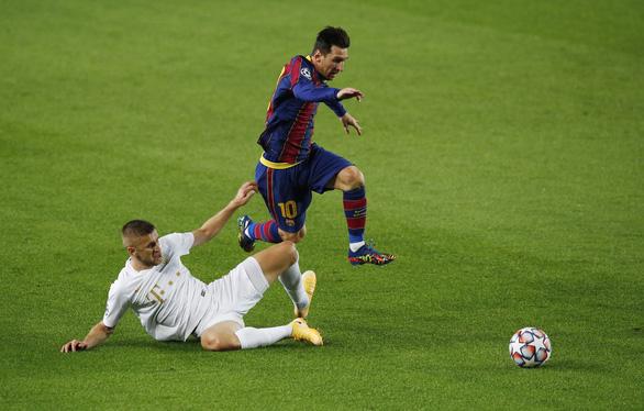 Chơi thiếu người, Barca vẫn thắng đậm ngày ra quân Champions League nhờ Messi - Ảnh 1.