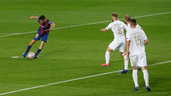 Chơi thiếu người, Barca vẫn thắng đậm ngày ra quân Champions League nhờ Messi - Ảnh 5.