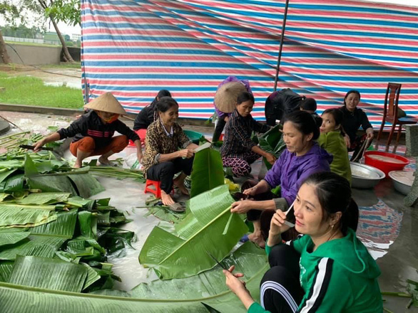 Chị em Hồng Lĩnh lội nước gom góp mì, sữa, nấu bánh chưng gửi miền Trung - Ảnh 1.