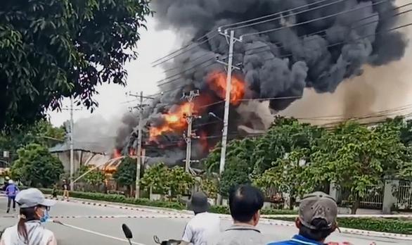Nhà xưởng ở khu công nghiệp Bình Chiểu bốc cháy giữa trưa - Ảnh 2.
