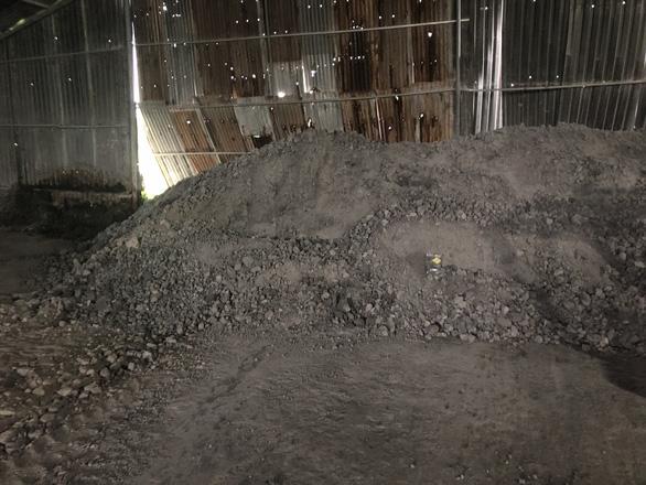 Kinh ngạc hàng chục tấn phân bón làm từ... đất, đá, bột màu - Ảnh 3.
