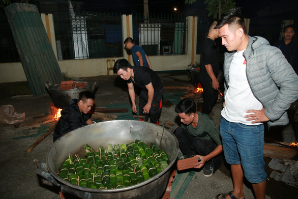 Dân làng La Phù thức xuyên đêm nấu 10.000 bánh chưng hỗ trợ bà con miền Trung - Ảnh 5.