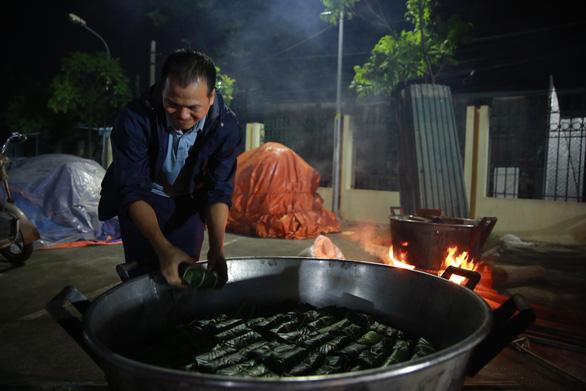 Dân làng La Phù thức xuyên đêm nấu 10.000 bánh chưng hỗ trợ bà con miền Trung - Ảnh 6.