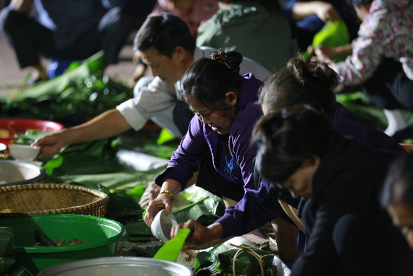 Dân làng La Phù thức xuyên đêm nấu 10.000 bánh chưng hỗ trợ bà con miền Trung - Ảnh 2.