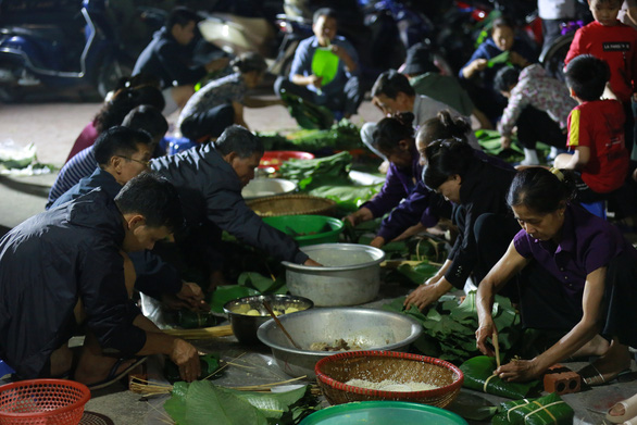 Dân làng La Phù thức xuyên đêm nấu 10.000 bánh chưng hỗ trợ bà con miền Trung - Ảnh 1.