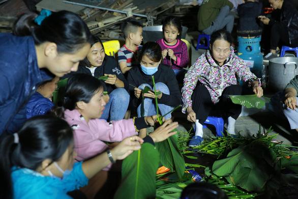 Dân làng La Phù thức xuyên đêm nấu 10.000 bánh chưng hỗ trợ bà con miền Trung - Ảnh 3.