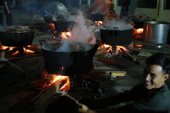 Dân làng La Phù thức xuyên đêm nấu 10.000 bánh chưng hỗ trợ bà con miền Trung - Ảnh 7.
