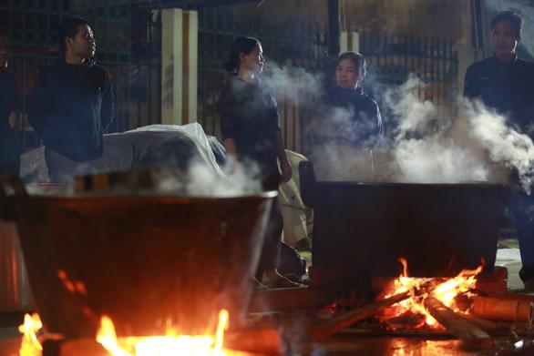 Dân làng La Phù thức xuyên đêm nấu 10.000 bánh chưng hỗ trợ bà con miền Trung - Ảnh 8.