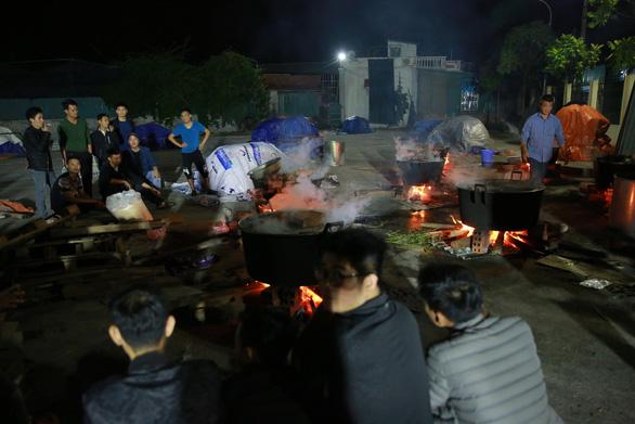 Dân làng La Phù thức xuyên đêm nấu 10.000 bánh chưng hỗ trợ bà con miền Trung - Ảnh 9.
