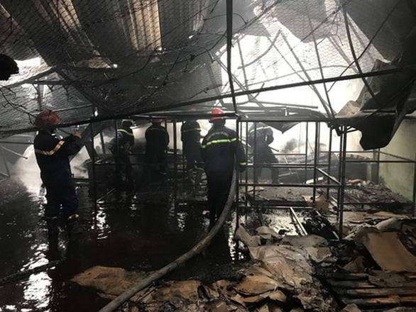 Nhà xưởng ở khu công nghiệp Bình Chiểu bốc cháy giữa trưa - Ảnh 3.