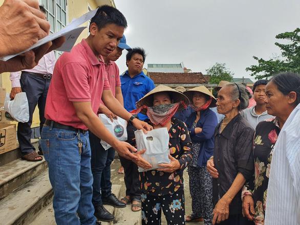 Quà cứu trợ của bạn đọc báo Tuổi Trẻ đến rốn lũ Quảng Thành - Ảnh 1.
