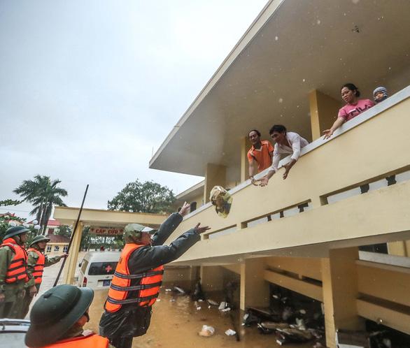 200 bệnh nhân bị cô lập tại bệnh viện ở rốn lũ Quảng Bình - Ảnh 2.