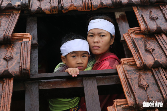 Đang đám tang nước ào ạt đổ về, 8 người con kéo quan tài mẹ lên trần nhà tránh lũ - Ảnh 2.