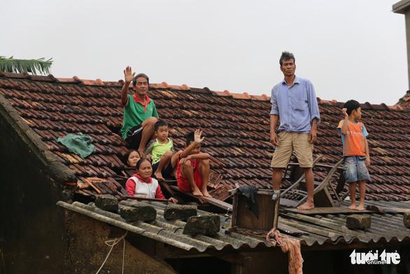 Đang đám tang nước ào ạt đổ về, 8 người con kéo quan tài mẹ lên trần nhà tránh lũ - Ảnh 3.