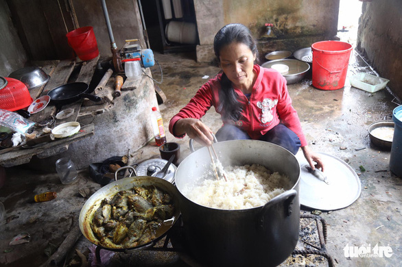 2 vợ chồng nghèo vay gạo nấu cơm, cưu mang hơn 60 người dân chạy lũ - Ảnh 1.