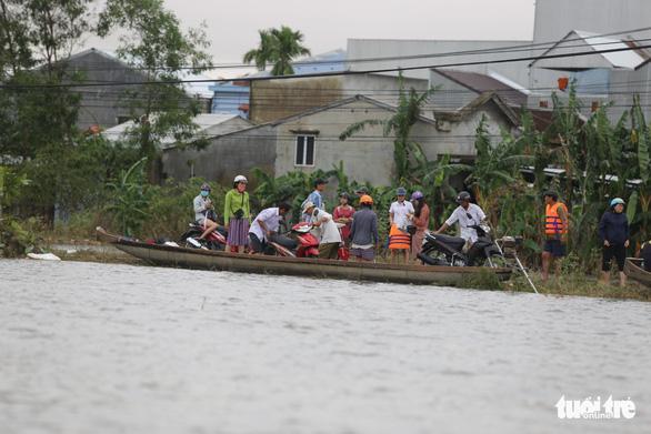 Dịch vụ chuyển xe máy bằng thuyền, xe ba gác ở Huế đông khách - Ảnh 2.