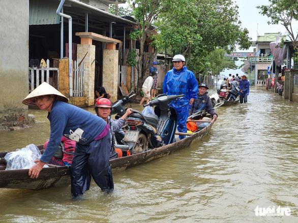 Dịch vụ chuyển xe máy bằng thuyền, xe ba gác ở Huế đông khách - Ảnh 3.