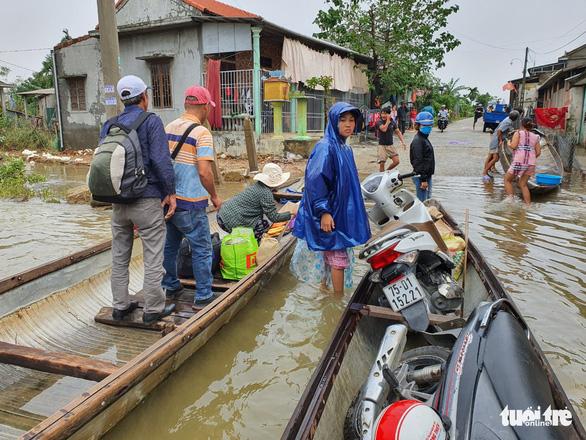 Dịch vụ chuyển xe máy bằng thuyền, xe ba gác ở Huế đông khách - Ảnh 4.