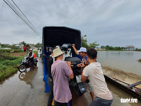 Dịch vụ chuyển xe máy bằng thuyền, xe ba gác ở Huế đông khách - Ảnh 6.