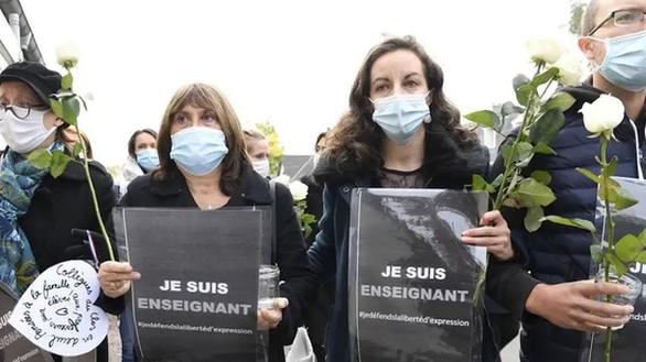 Hai học sinh chỉ mặt thầy giáo Pháp cho kẻ sát nhân để lấy 350 euro - Ảnh 1.