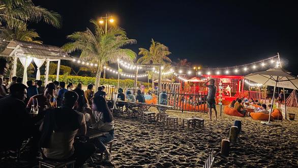 Tận hưởng không gian bar ấn tượng bên bờ biển đẹp miền Trung - Ảnh 1.