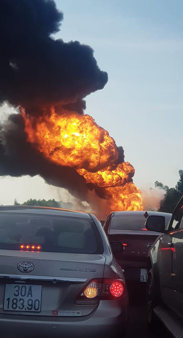 Xe bồn bốc cháy dữ dội giữa cao tốc Hà Nội - Hải Phòng - Ảnh 2.