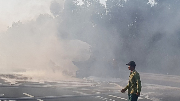 Xe bồn bốc cháy dữ dội giữa cao tốc Hà Nội - Hải Phòng - Ảnh 3.