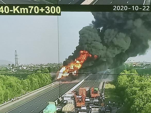 Xe bồn bốc cháy dữ dội giữa cao tốc Hà Nội - Hải Phòng - Ảnh 1.