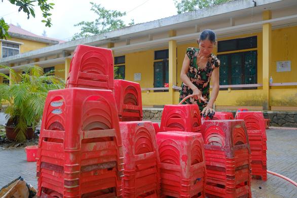 Vùng lũ Thừa Thiên Huế dọn trường, phơi sách chuẩn bị lên lớp - Ảnh 4.