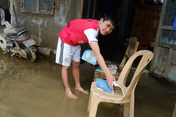 Vùng lũ Thừa Thiên Huế dọn trường, phơi sách chuẩn bị lên lớp - Ảnh 2.