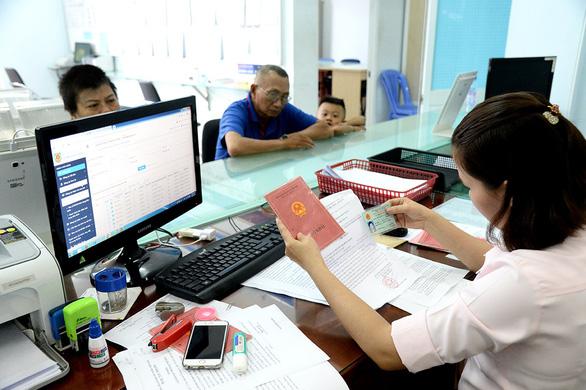 Bộ Công an khẳng định đủ điều kiện bỏ sổ hộ khẩu từ 1-7-2021 - Ảnh 1.