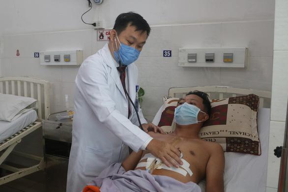 Bỏ qua thủ tục, hội chẩn khẩn 1 phút cứu mạng bệnh nhân bị đâm thủng tim - Ảnh 1.