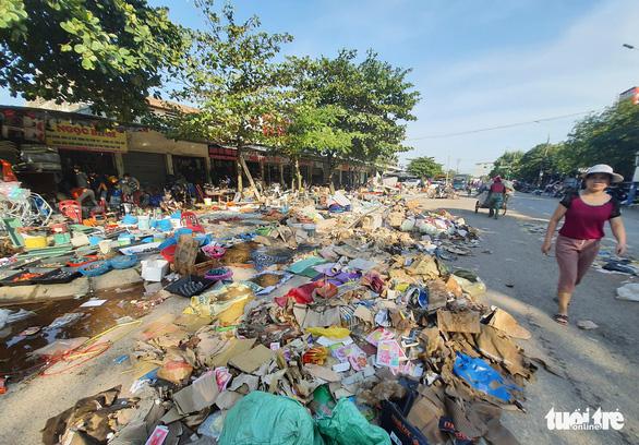 Chợ Hà Tĩnh ngổn ngang sau trận lũ lịch sử - Ảnh 1.