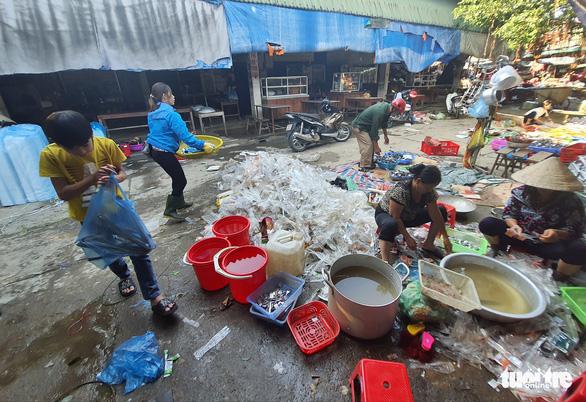 Chợ Hà Tĩnh ngổn ngang sau trận lũ lịch sử - Ảnh 4.