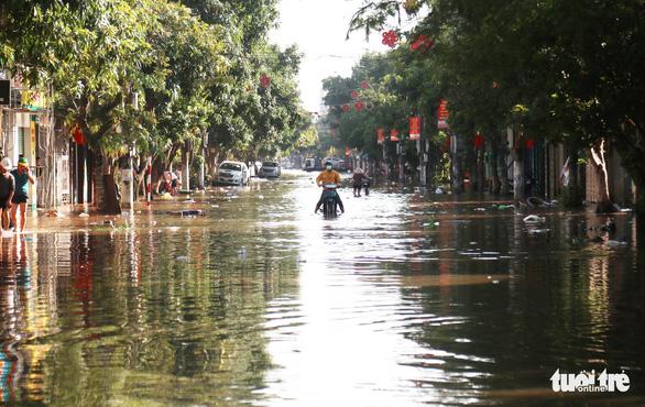 Chợ Hà Tĩnh ngổn ngang sau trận lũ lịch sử - Ảnh 8.