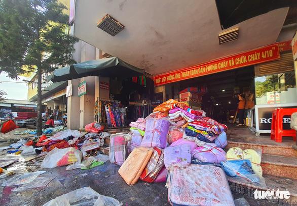 Chợ Hà Tĩnh ngổn ngang sau trận lũ lịch sử - Ảnh 2.